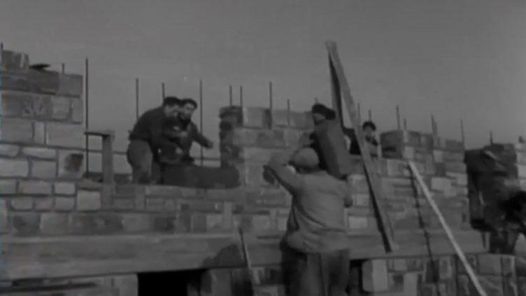 Des bâtisseurs reconstruisent les villes de Normandie bombardées avant le Débarquement. (FRANCE 2)