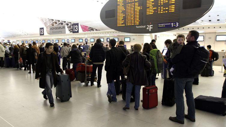 Des passagers attendent à l'aéroport Roissy-Charles de Gaulle (Oise), le 28 octobre 2011. (AUBOIROUX / AFP)