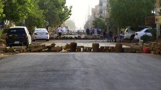 Des barrages installés dans les rues de Karthoum (Soudan), le 4 juin 2019. (ASHRAF SHAZLY / AFP)