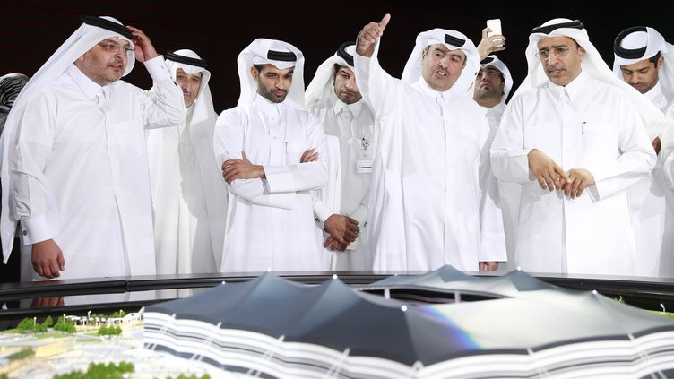 Le secrétaire général du comité suprême d'organisation Hassan Al-Thawadi (3e en partant de la gauche), le 21 juin 2014, à Al Khor (Qatar). (MOHAMAD DABBOUSS / REUTERS)
