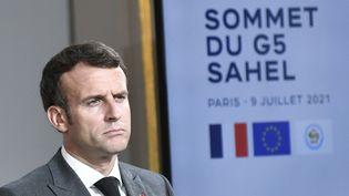 Emmanuel Macron réagit lors d'une conférence de presse conjointe avec le président du Nigerà l'Élysée, à Paris, le 9 juillet 2021. (STEPHANE DE SAKUTIN / AFP)