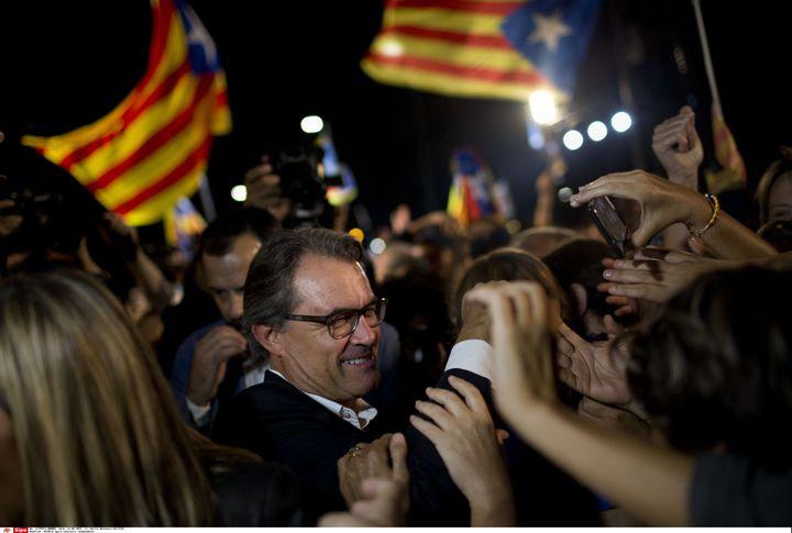 Artur Mas, le président sortant du gouvernement régional de la Catalogne, célèbre la victoire de la coalition indépendantiste aux élections régionales, le 27 septembre 2015 à Barcelone (Espagne). (EMILIO MORENATTI / AP / SIPA)