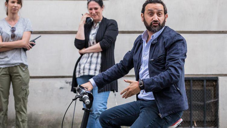 L'animateur Cyril Hanouna,se rendant à vélo à sa convocation au secrétariat d'Etat chargé de l'Egalité entre les femmes et les hommes, le 31 mai 2017. (MAXPPP)