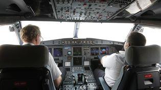 Le cockpit d'un A320, à l'aéroport d'Hanoï (Vietnam). (NGUYEN HUY KHAM / REUTERS)