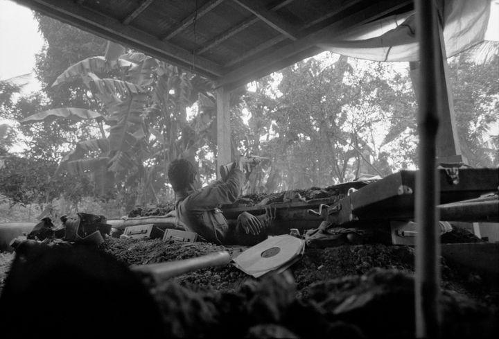 Un soldat du gouvernement tirant sa carabine M1 obsolète sur les Khmers rouges depuis un trou de renard. Kien Svay, Route 1 août 1973 (Roland Neveu / VII)