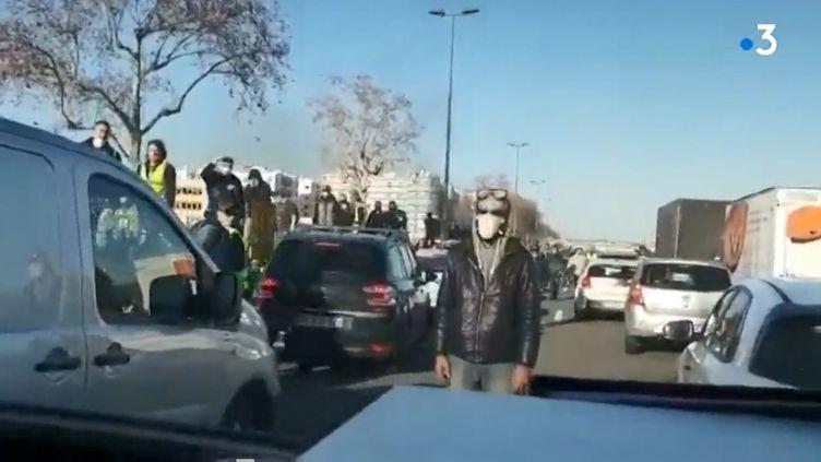 Plusieurs manifestants s'en sont pris à un véhicule de police qui transportait deux policiers, à Lyon, le 16 février 2019. (ALTERNATIVE POLICE / TWITTER)