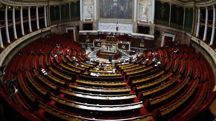 Le ministre de l'Economie,Bruno Le Maire, parle aux députés présents, le 17 avril 2020, à l'Assemblée nationale, à Paris. (THOMAS COEX / AFP)