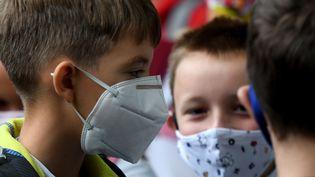 Des enfants arrivent masqués à l'école, le 7 septembre 2020 à Zagreb (Croatie) (DENIS LOVROVIC / AFP)