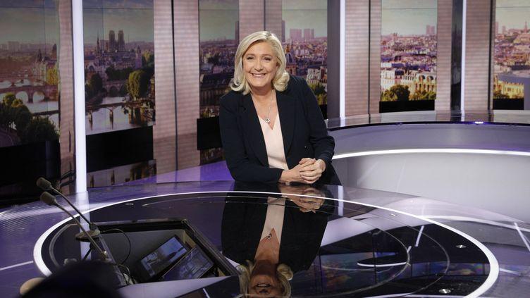 Marine Le Pen, candidate du Rassemblement national à la présidentielle, le 27 septembre 2021 sur le plateau du JT de France 2, à Paris. (GEOFFROY VAN DER HASSELT / AFP)