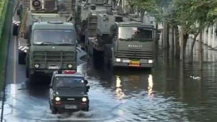 Chars et blindés de l'armée thaïlandaise au secours des sinistrés de Bangkok (reuters)