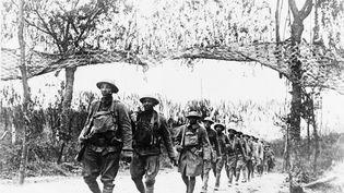 Première Guerre mondiale : Les troupes de l'infanterie américaine marchent au nord-ouest de Verdun (France) après leur entrée en guerre aux côtés des alliés européens en avril 1917. (UNIVERSAL IMAGES GROUP EDITORIAL / GETTY IMAGES)