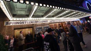 Le 3 octobre, Bruce Springsteen donnait son premier show au Walter Kerr Theatre de Broadway. Son spectacle couvrira de nombreuses dates jusqu'en février 2018.  (ANGELA WEISS / AFP)