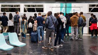 Des personnes attendent le RER pendant la grève de la RATP à Paris, le 13 Septembre 2019. (JULIE SEBADELHA / HANS LUCAS)