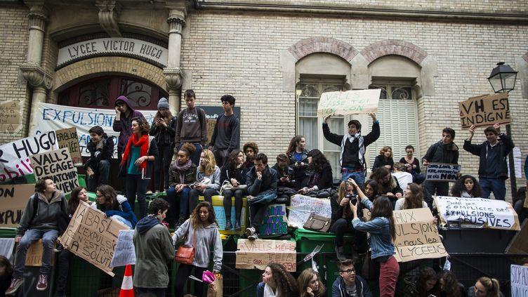 Des lycéens manifestent devant le lycée Victor-Hugo, à Paris, le 18 octobre 2013. (MAXPPP)