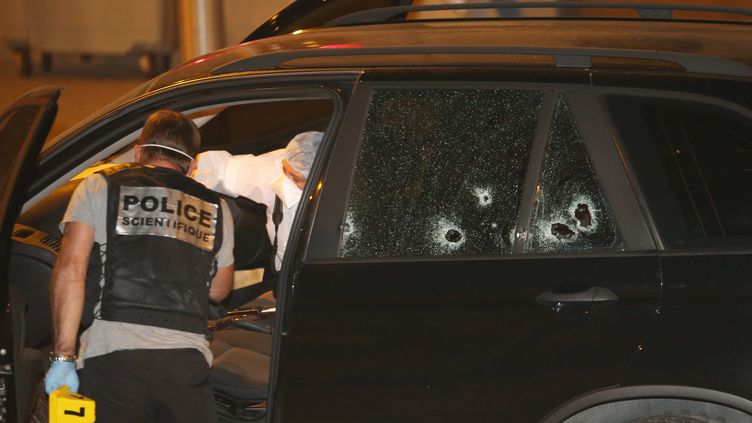 Les enquêteurs inspectent la voiture de Charles Cervoni, le 2 septembre 2012 à Ajaccio (Corse-du-Sud) après une tentative d'assassinat. (LUCCIONI / NICE MATIN / MAXPPP)