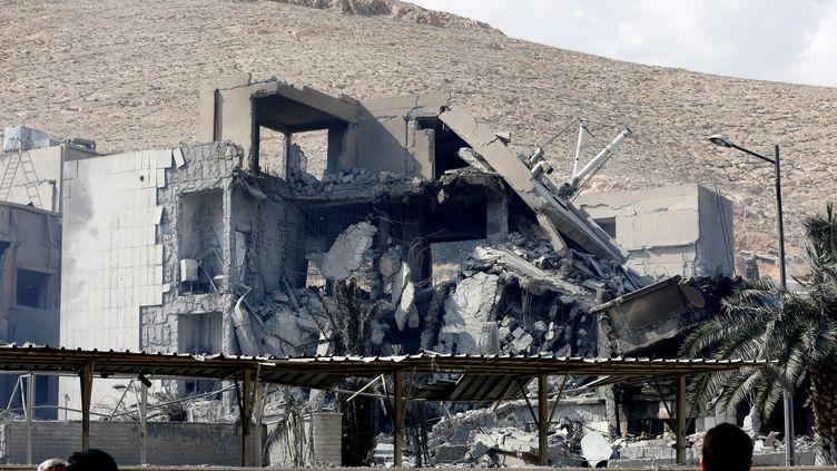 L'épave d'un bâtiment dans le district de Barzeh, au nord de Damas (Syrie), le 14 avril 2018, alors que les États-Unis, la Grande-Bretagne et la France ont lancé des frappes contre le régime du président Bashar Al-Assad. (LOUAI BESHARA / AFP)