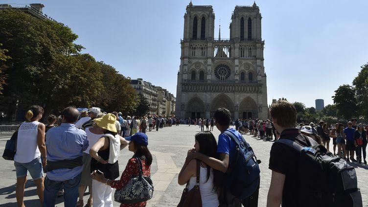 Des files d'attente sur le parvis de la cathédrale Notre-Dame, à Paris. (ALAIN JOCARD / AFP)