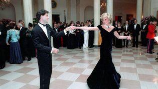 La princesse Diana dance avec l'acteur John Travolta, lors d'un dîner à la Maison Blanche, le 9 novembre 1985. (PETE SOUZA/NEWSCOM/SIPA / SIPA USA)