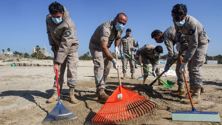 Des volontaires membres d'associations participent à un nettoyage des plages souillées par une marée noire, samedi 27 février 2021 à Tyr (Liban). (MAHMOUD ZAYYAT / AFP)