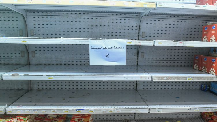 Un rayon vidé de ses produits français boycottés, le 24 octobre 2020 à Koweit City (Koweit). (JABER ABDULKHALEG / ANADOLU AGENCY / AFP)