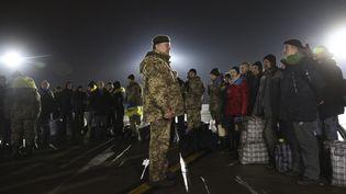 Le président ukrainienPetro Porochenkoaccueille à l'aéroport de Kharkiv (Ukraine), mercredi 27 décembre, des prisonniers ukrainiens libérés. (REUTERS)