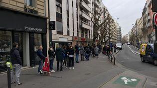 Une file d'attente pour pouvoir rentrer dans un supermarché du 14e arrondissement de Paris, le 16 mars 2020. (LEO TESCHER / RADIO FRANCE)