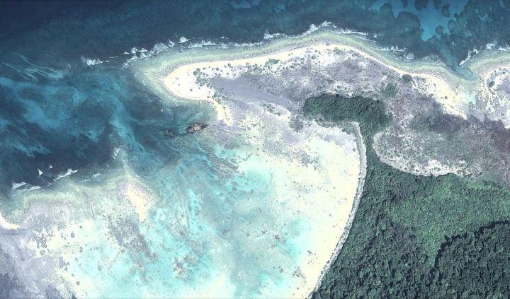 Epave d'un bateau échoué aux abords de l'île North Sentinel en 1981, dans l'océan Indien, visible par vue aérienne, le 28 juillet 2015. (GOOGLE EARTH / FRANCETV INFO)