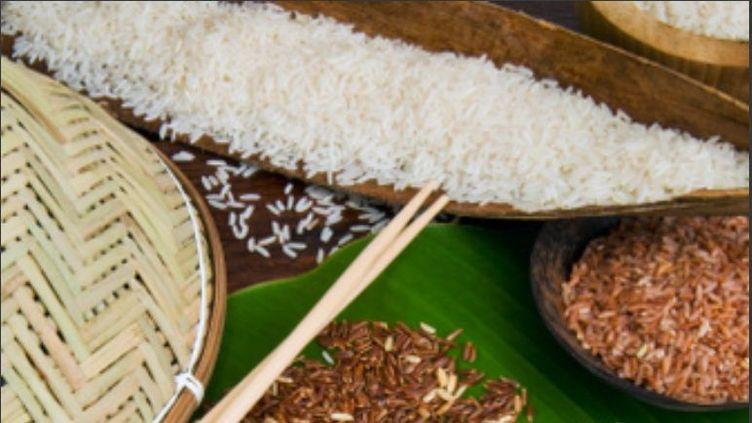 Différents types de riz disposés sur une feuille de bananier. ((NICO TONDINI / GETTY IMAGES))