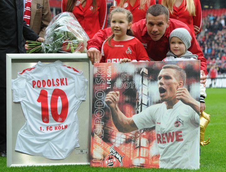 L'attaquant de Cologne (Allemagne) Lukas Podolski pose lors de sa cérémonie d'adieux à son club, le 5 mai 2012. (CHRISTOF STACHE / AFP)