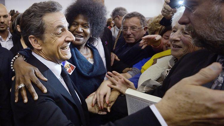 Nicolas Sarkozy entouré de militants lors de sa campagne pour prendre la tête de l'UMP, le 24 novembre 2014, près d'Angers. (JEAN-SEBASTIEN EVRARD / AFP)