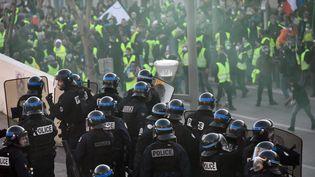 """Policiers face à des """"gilets jaunes"""" à Marseille, le 19 janvier 2019. (CHRISTOPHE SIMON / AFP)"""
