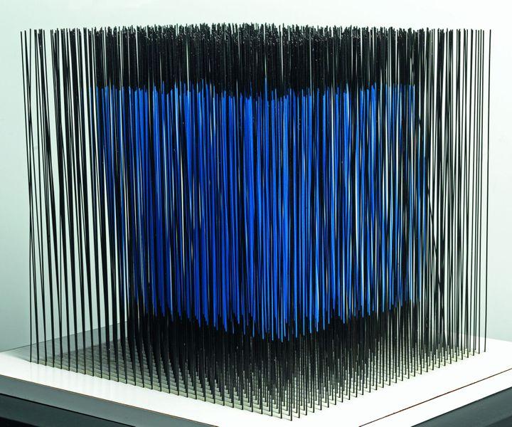 Jesùs Rafael Soto, Cube bleu interne, 1976 - Dation 2011 - Centre Pompidou, MNAM-CCI / Georges Merguerditchian / Dist. RMN-GP  (Adagp, Paris 2013)
