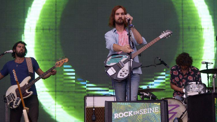 Kevin Parler (au centre) et Tame Impala, dimanche 30 août 2015 sur la Grande Scène de Rock en Seine.  (BERTRAND GUAY / AFP)
