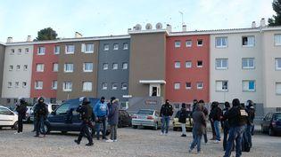 Une opération de police à Carcassonne, au domicile du terroriste qui a tué quatre personnes dans l'Aude le 23 mars. (ERIC CABANIS / AFP)