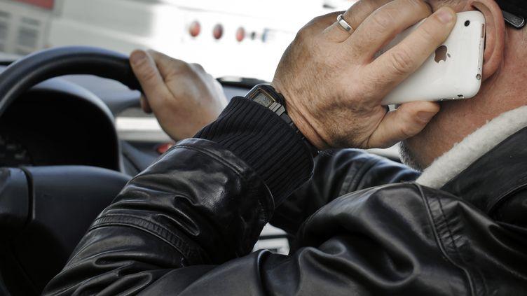 Le téléphone au volant, un fléau sur les routes selon une étude (JEAN-PHILIPPE KSIAZEK / AFP)