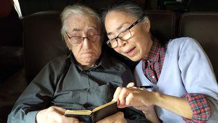 Raymond Cauchetier ( à gauche) aux côtés de sa compagne, Kaoru. (LA GALERIE DE L'INSTANT)