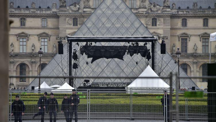 Des policiers devant l'esplanade du Louvre à Paris, où Emmanuel Macron se rendra en cas de victoire à la présidentielle le 7 mai 2017. (CHRISTOPHE ARCHAMBAULT / AFP)