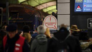 Des voyageurs bloqués en gare Montparnasse, le 11 décembre 2019 à Paris. (ALAIN JOCARD / AFP)