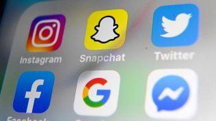 Les applications de certains réseaux sociaux sur un smartphone. Photo d'illustration. (DENIS CHARLET / AFP)