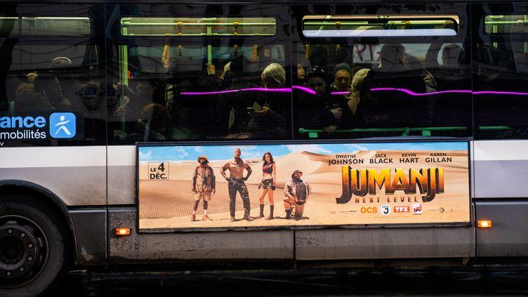 Un bus de la ligne 46 surchargé le 11 décembre 2016 à Paris. (XOSE BOUZAS / HANS LUCAS)
