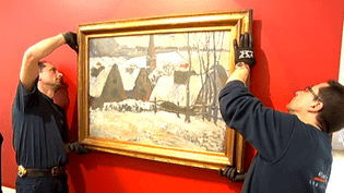 """Accrochage du""""Village breton sous la neige"""" de Paul Gauguin, en dépot jusqu'en 2019 au nouveau musée de Pont-Aven (Finistère)  (Culturebox / Capture d'écran)"""