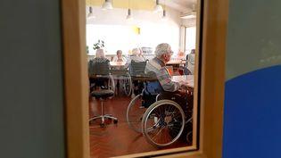 Les résidents de l'Ehpad Jacques Barat-Dupont, à Sommedieue(Meuse), dans le hall de l'établissement, le 27 juillet 2020. (VALENTIN DUNATE / RADIO FRANCE)