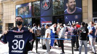 Des centaines de fans de Messi font la queue pour s'offrirson maillot devant la boutique officielle du PSG sur les Champs-Elysées, le 11 août 2021. (DELPHINE GOLDSZTEJN / MAXPPP)
