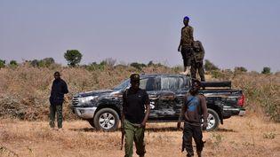 Des membres des forces de sécurité patrouillent après un acte de sabotage contre une ligne électrique, attribué à Boko Haram le 12 février 2021. (AUDU MARTE / AFP)