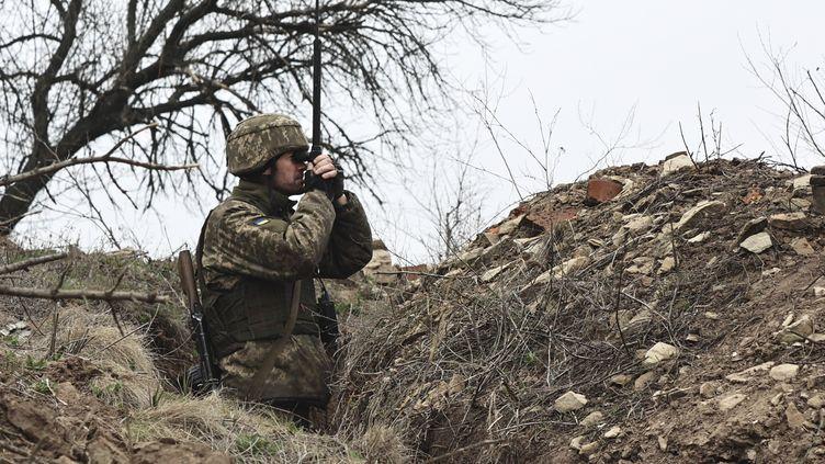 Un soldat ukrainien observe la ligne de front avec les séparatistes prorusses près de Donetsk, en Ukraine, le 12 avril 2021. (AP)