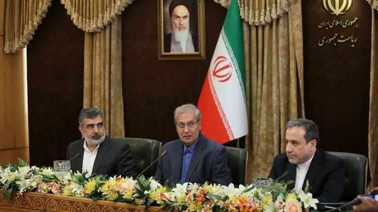 Le porte-parole de l'organisation iranienne de l'énergie atomique,Behrouz Kamalvandi, le porte-parole du gouvernment, Ali Rabiei, et le vice-ministre iranien des affaires étrangères,Abbas Araghchi, annoncent le 7 juillet, à Téhéran, la décision iranienne de dépasser le taux d'enrichissement de 3,67 %. (- / IRANIAN PRESIDENCY)