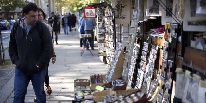 Les livres d'occasion ont de moins en moins de succès auprès des passants, et laissent place à des porte-clés et autres babioles touristiques.  (THOMAS COEX / AFP)