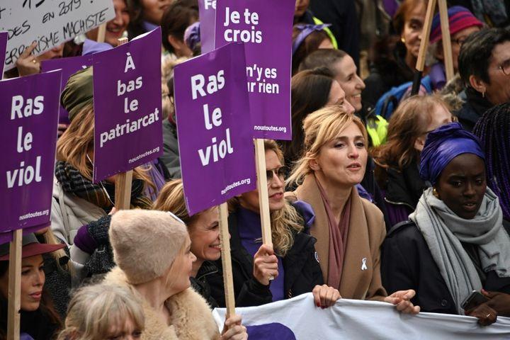 L'actrice, productrice et réalisatrice Julie Gayet à la manifestation contre les violences faites aux femmes du 23 novembre à Paris. (DOMINIQUE FAGET / AFP)