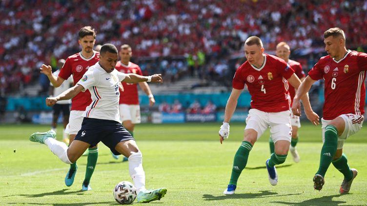 L'attaquant françaisKylian Mbappé face aux joueurs hongrois lors d'un match de poules de l'Euro 2021, le 19 juin 2021 à Budapest. (ZENTRALBILD / PICTURE ALLIANCE / AFP)