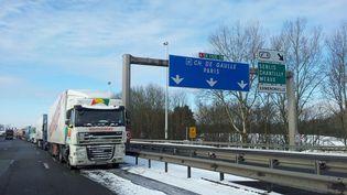 Des camions bloqués sur l'A1 à la barrière de péage de Chamant, à la hauteur de Senlis (Oise). (MAXPPP)